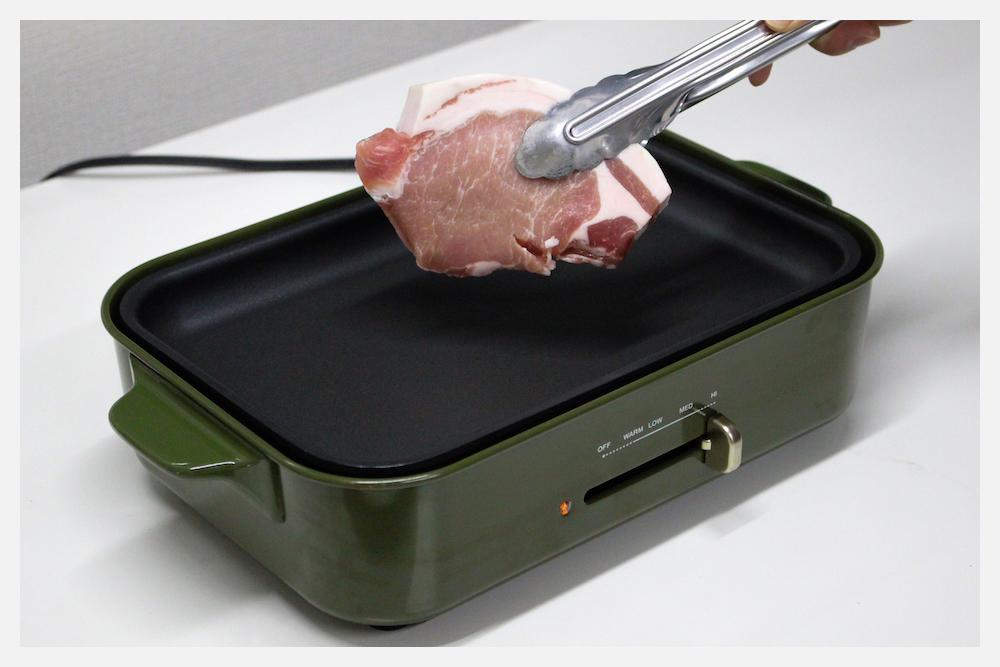 お肉に焼き目を入れる
